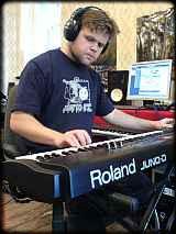 Antony Kalugin achter zijn Roland